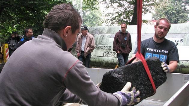 Vytažení zapomenutého pomníku z řeky Ohře.