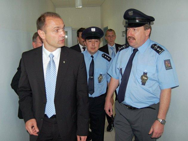 ŠÉF POLICIE Oldřich Tomášek (na snímku vpravo) při návštěvě ministra vnitra Ivana Langera (vlevo) v Sokolově.