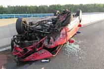 Řidička narazila do svodidel a skončila na střeše.