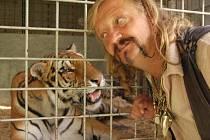 Principal Jaromír Joo s jedním se svých tygrů.