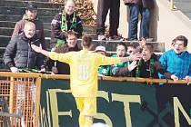 Milan Jurdík se raduje spolu s fanoušky ze vstřeleného gólu