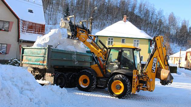 Ulice měst a obcí zaplavil sníh. Jeho úklid se prodraží