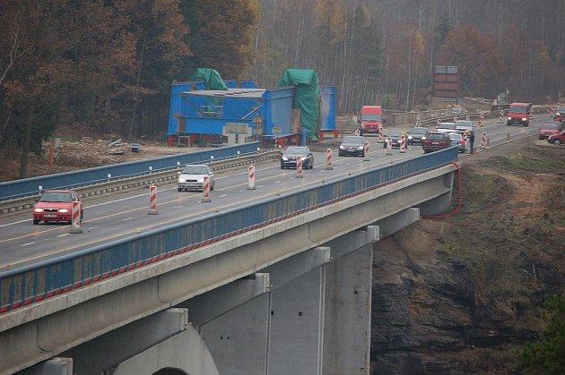 SILNIČÁŘI v sobotu odpoledne uzavřeli jeden jízdní pruh frekventovaného mostu přes řeku Ohři. I přesto zákaz někteří řidiči nerespektovali (na snímku). Policisté však byli ve střehu