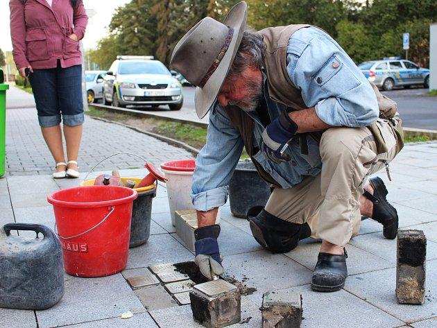 Kameny zmizelých vymyslel a i v Chodově osobně pokládá německý sochař Gunter Demnig.