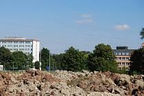Pohled z budoucího obchvatu na polikliniku (vlevo) a gymnázium v Sokolově