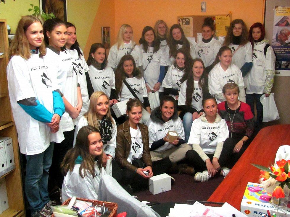 DOBROVOLNÍCI ze sokolovského gymnázia vyrazili do ulic na pomoc nevidomým navzdory ledovému lijáku, který trval celé dopoledne.