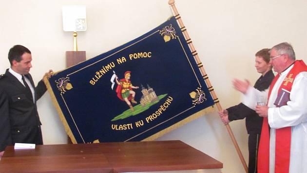 NA NOVÉM praporu kynšperských hasičů je vyobrazen sv. Florián, patron hasičů. Prapor, který má sloužit i mnoha následujícím generacím, posvětil farář Peter Fořt.