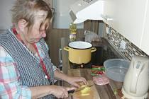 KLIENTKA RYTMU MARIE VÁKOVÁ, která využívá službu podpory samostatného bydlení. Její součástí je i pomoc asistenta, který dochází až do domu.