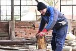 V hradní dílně se věnují zaměstnanci dřevovýrobě a zpracování dřeva k volnému prodeji.