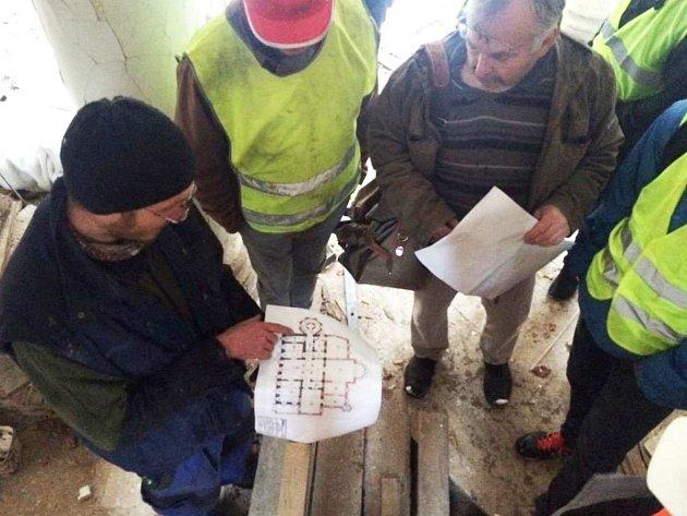 Během exkurze do Kyselky se studenti seznámili s tím, jak to vypadá při rekonstrukci památky v praxi.
