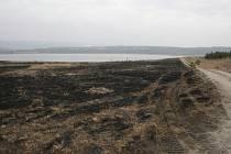 Žhář založil u jezera hned pět požárů.