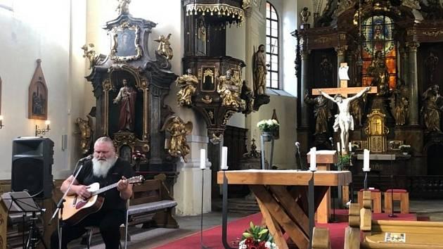 V kostele sv. Jakuba v Sokolově si připomněli oběti komunistického režimu. Na akci s názvem Modlitba za Miladu, Heliodora, Záviše dorazily desítky lidí.