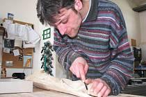 ŘEZBÁŘ Petr Schuldes vyřezává ze dřeva sochu strážného anděla.