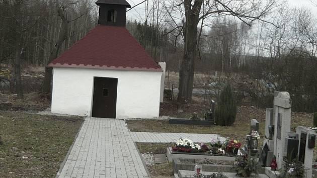 HŘBITOV. Dnes lidé v Novém Sedle nemohou pohřbívat své blízké do hrobů. Nedovoluje to stav půdy, která je příliš podmáčená. Na hřbitově tak mohou ukládat jen urny.
