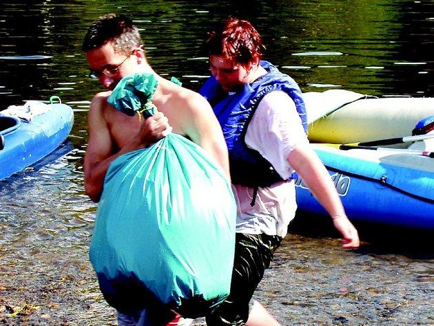 Uklízet řeku Ohři se studenti z Chomutovska vypraví i letos