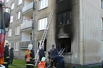 Z hořícího panelového domu museli hasiči evakuovat jeho obyvatele.