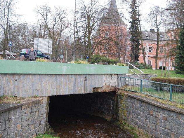 Jedním z mostů, který se dočká oprav, je i ten před hlavním vchodem na sokolovský městský úřad