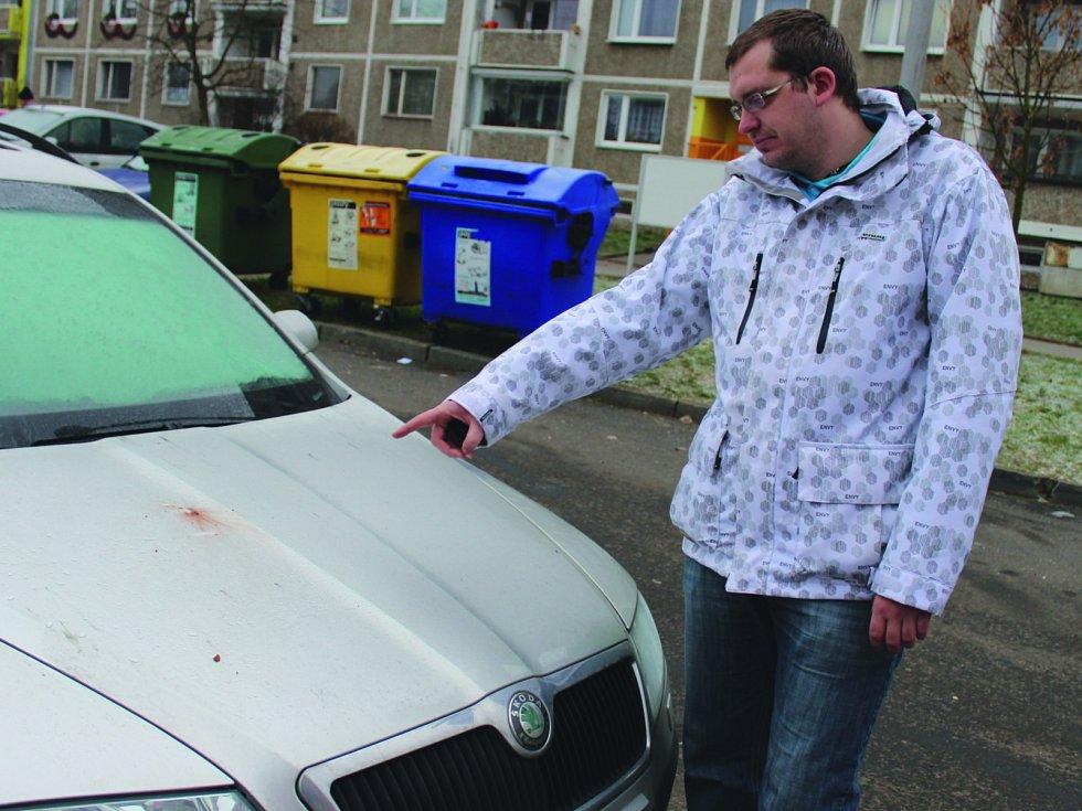 Následky půlnočních radovánek se zábavní pyrotechnikou našel ráno na svém autě i Lukáš Panuška z Kraslic.