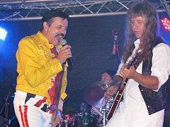 QUEENMANIA udělala v Chodově radost všem fanouškům britské rockové legendy. Zpěvák Peter Paul s kapelou rozjeli parádní show.