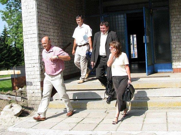 VÝJEZDNÍ ZASEDÁNÍ Rady Karlovarského kraje končí. Tentokrát se konalo v obci Rovná, která se potýká s vysokou nezaměstnaností.
