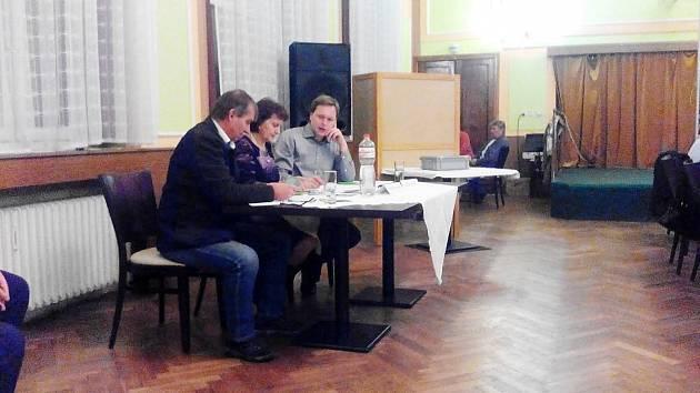 CHVÍLE NAPĚTÍ... Komise sčítá hlasy zastupitelů ve volbě nového starosty Horního Slavkova. Vítězem se stal Alexandr Terek.