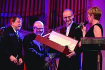 JIŘÍ Widž přebírá cenu za Osobnost roku 2013.