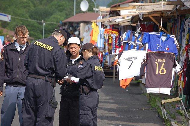 Razie na tržnici v Hraničné u Kraslic.