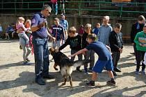 Kynologové vězeňské služby se psy přijeli na Vránov.