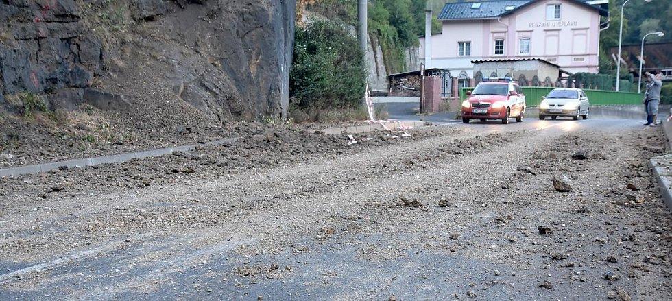 Sesunuté kamení na silnici v Lokti