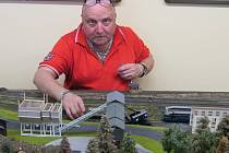 KLUB MODELÁŘŮ v čele se svým vedoucím Zdeňkem Kropáčkem představuje široké veřejnosti svůj svět plný detailů a mravenčí práce, kterou odvedli na své železniční dráze.
