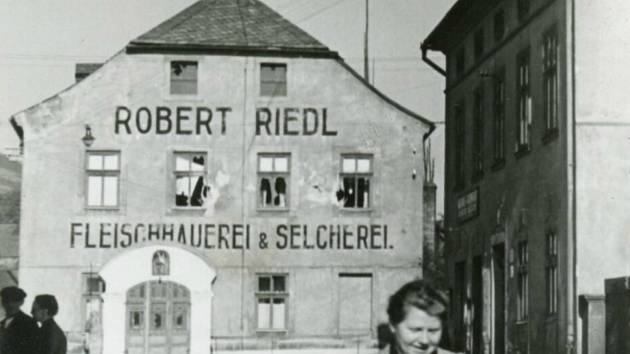 Dům kraslického řezníka Riedla po ostřelování československými tanky.