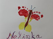 Obrázek, který dostala kapela na památku. Kreslila ho babička spolu s Nelinkou a jsou na něm zobrazeny nožičky pětileté dívenky