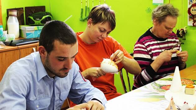 Čeští a němečtí  klienti pracovali společně ve skupinkách na jednotlivých výrobcích. Tito šili velikonoční slepičku.