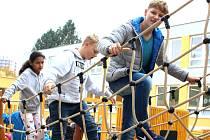 EKOZAHRADA. Děti na jednom z herních prvků.