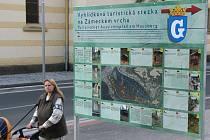 Před lékárnou u kraslického kostela stojí nová informační tabule s mapou. Lidé se podle ní mohou vydat po výletní stezce.