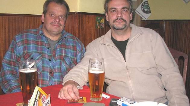 ZACHRÁNCI Luboš Varhan a Kamil Pavelka (zleva) z Lokte vytáhli z řeky matku s dítětem. Z události byli rozrušení, tak si spolu večer zašli na pivo do restaurace U Karla IV.