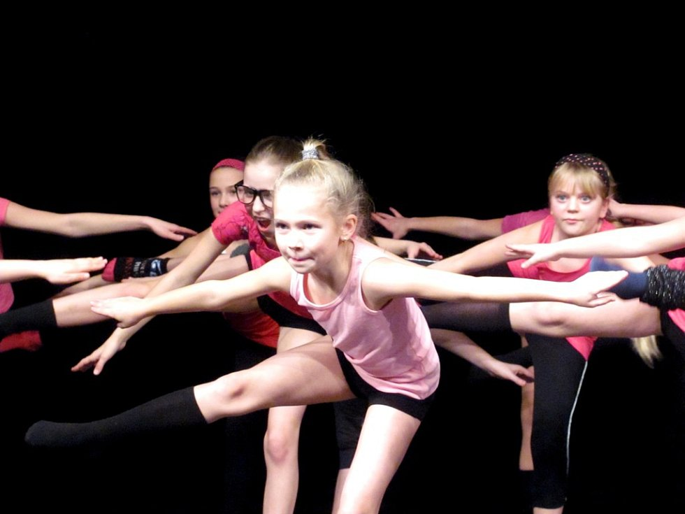 ZA ŠPIČKOVÝMI VÝKONY tanečnic se mimo jiné skrývá tvrdá fyzická příprava. Ukázku z hodiny piloxingu se všemi věkovými kategoriemi  předvedla bývalá tanečnice Miráklu, nyní fitness instruktorka Lucie.