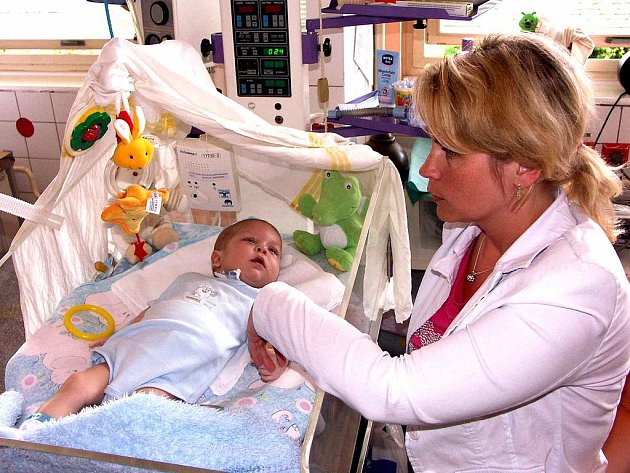 KOJENEC Tomášek má být po sedmi měsících strávených v nemocnici propuštěn domů. Radostnou zprávu kazí jeho matce fakt, zda bude schopna zaplatit zdravotnické pomůcky.