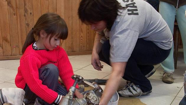 Hasiči v Krajkové se věnují hlavně dětem, na snímku je seznamují s rozdělovačem.