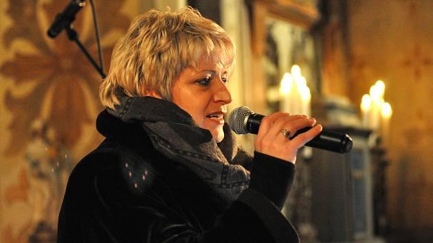 NADAČNÍ FOND Ještěřice podpořily při benefičním vánočním koncertě v Jindřichovicích zpěvačky Iveta Poslední (na snímku) a Lucie Šebková. Vystoupil i pěvecký sbor Vivat Musica.
