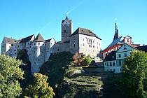 Hrad Loket byl založen v první polovině13. století. Na jeho místě se nacházelo staréslovanskéhradiště zvané starý Loket.