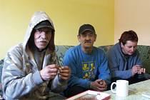 Do sokolovského Denního centra si mohou lidé bez střechy nad hlavou přijít vyprat prádlo, dát si sprchu či teplý čaj, posedět v teple u televize a dostane se jim zde i odborné pomoci