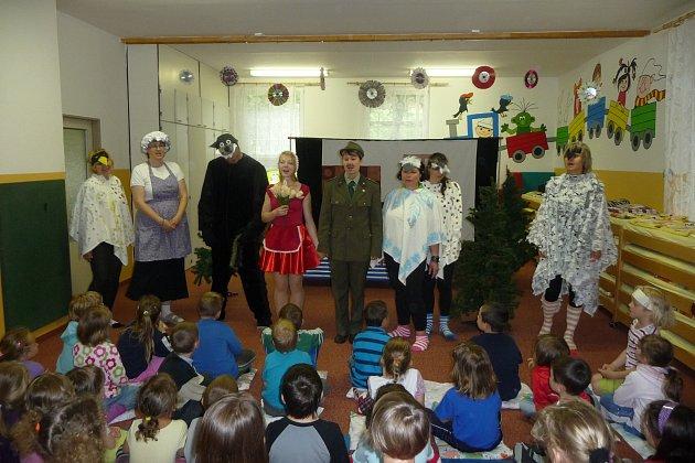 Muzikál O Červené karkulce sklidil mezi dětmi velký úspěch. Jejich učitelé se proměnili v dokonalé herce.