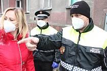 Velitel strážníků Petr Kubis (vpravo), vedle něj starostka Sokolova Renata Oulehlová.