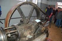 HISTORICKÁ JATKA. Alexandr Tučák ukazuje návštěvníku unikátní parní pohon, který loni prošel renovací.