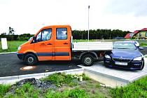 NÁKLADNÍ auto se samovolně rozjelo a narazilo do BMW. Škoda je 100 tisíc.