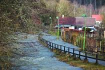 LEDNOVÉ ZÁPLAVY poničily hlavně zahrady a stezku pro pěší (na snímku). Vylití z břehu hrozilo i na řece Stříbrný potok, kde by mohl vzniknou protipovodňový val.