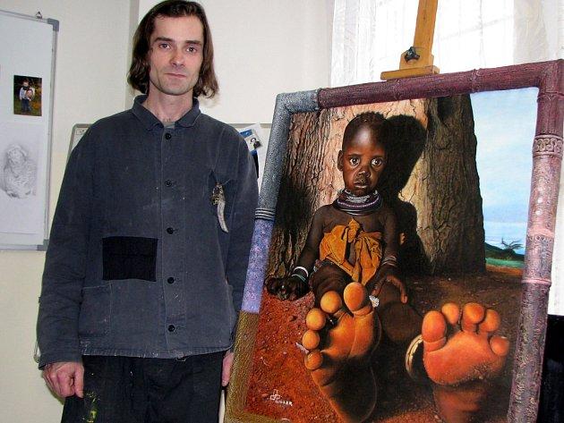Vězeň Rostislav stojí hrdě u svého nejoblíbenějšího obrazu - Černouška.