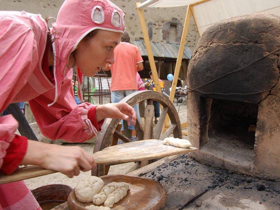 Pekař pekl chléb přímo na nádvoří hradu.