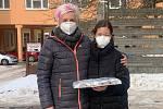 Na Valentýna pekly děti zdravotníkům.